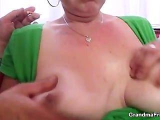 reifen Hündin cocksucking nimmt es in den Arsch