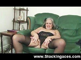 reife Dame fickt auf dem Sofa ihre Muschi