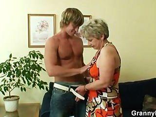 alte Hausfrau wird von einem jungen Kerl genagelt