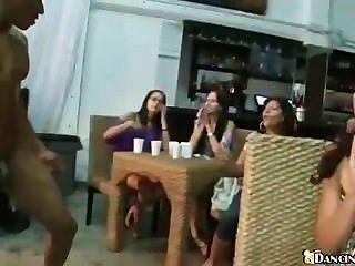 Hunderte von Club Mädchen saugen Stripperschwanz