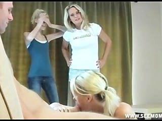 sallys stepmom lehrt ihre Töchter, wie man einen großen dicken Schwanz lutschen