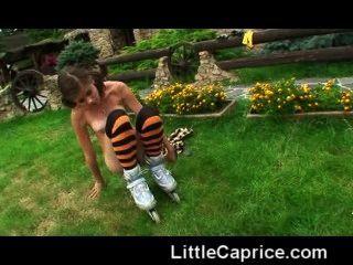 wenig Laune lernt Rollen Skaten nackt im Freien!
