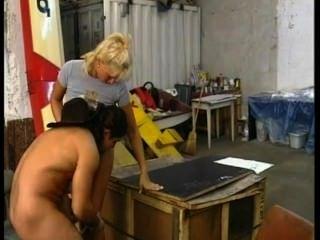 geil Landmädchen fickt in einer Garage Cowboy