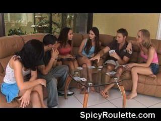 eine Gruppe von Amateuren Strip-Poker und ficken einander spielen