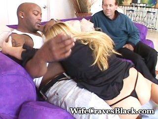 vollbusige Frau ist schwarz Hahn Liebhaber