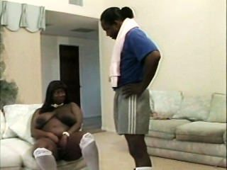 schwarze Mutter mit riesigen Titten
