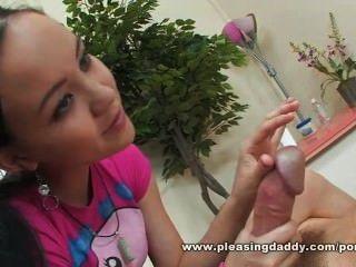alter Mann bekommt ein Happy End durch asiatische Massage Mädchen