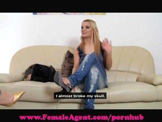 weiblicher Agent. dampfig Casting