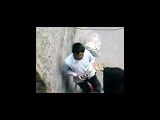 paki aunty in schwarzen Burka genießt Moslem Sex mit paki Junge auf der Straße
