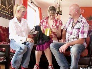 seine alte Mama und Papa sie in schmutzigen Sex envolve