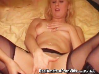 hübsche blonde Lesben mit einem Doppeldildo spielen
