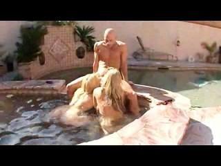 2 Frauen genießen das Wasser