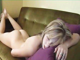 sexy Mädchen Humping und fingern zum Orgasmus durch twistedworlds