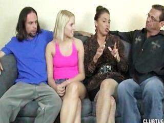 sexy Damen wichsen zwei Hähne auf der Couch