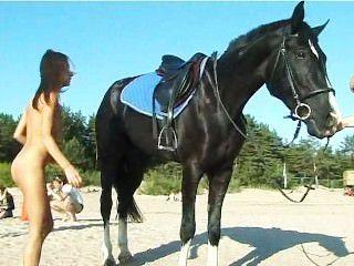 nackte Teenager ein Pferd am Strand reiten dreht Köpfe