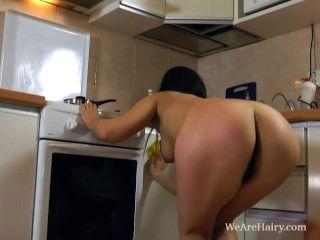 dana spielt mit ihrer haarigen Muschi auf dem Tresen