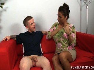 eine vollbusige reife Dame zuckt ein kurzes Mann ab