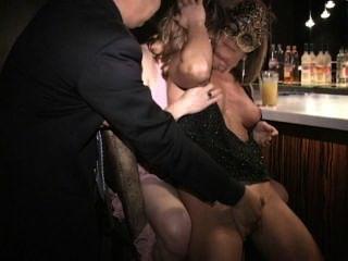 rosa Nippel MILF saugt Titten Fotze und Schwanz in bar