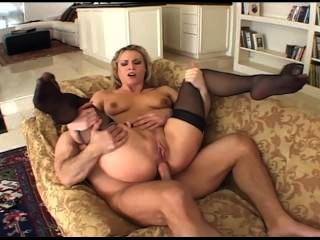 geile blonde MILF mit schönen Titten in Oberschenkel hohe schwarze Strümpfe ficken