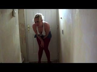 Sookie verzweifelt nach einem pee netzt sich durch Strumpfhose von Haustür