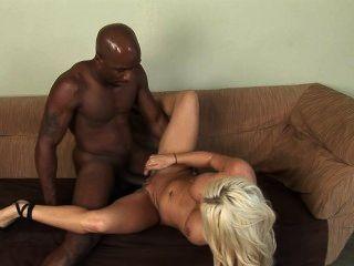 blonde weiße Frau mit schwarzen Mann