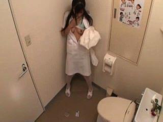 Krankenschwester masturbiert in Toilette (mrbob7777)