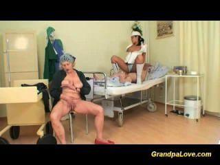 Großvater wird durch heiße Krankenschwester gefickt