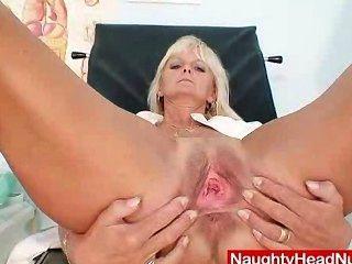 Mama Frantiska cunny an der Klinik in Krankenschwesteruniform klaffende