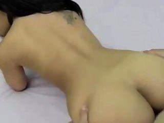 hübsche Brünette Rauchen beim Sex