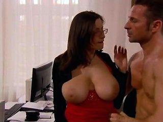 Sekretärin mit riesigen Titten im Büro gefickt