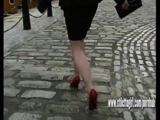 reizvolle hohe verfolgte Frau auf Kopfsteinpflaster zu Fuß dünnen roten Stilettos