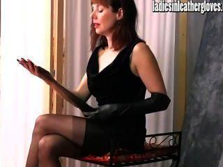 hot posh MILF bekommt sexuelle nach auf ihrem engen schwarzen Lederhandschuhe setzen