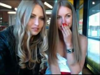 zwei Mädchen ihre Kleidung in der Öffentlichkeit Café, während sie beobachtete Ausziehen