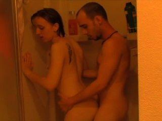 von der Dusche zum Schlafzimmer gefickt.