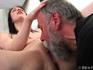 alter Mann genießt ein Teenager