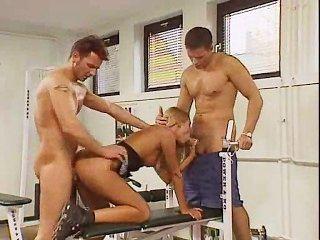 ihre Muschi mit zwei Trainern trainieren!
