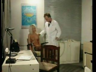 dumme Blondine im Büro Ärzte ausgebeutet