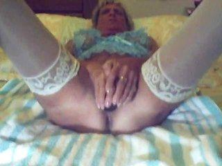 Oma mit ihrem schwarzen Dildo