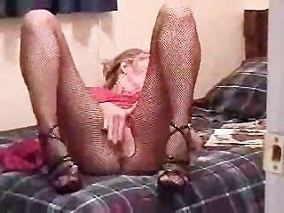 MILF liest ein Porno-Magazin ihre Solo-Aktion zu starten