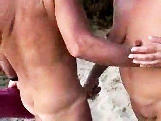 nacktes Paar am Strand