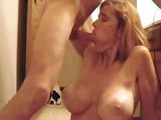 hot blonde big Tit MILF gibt schönen Blowjob