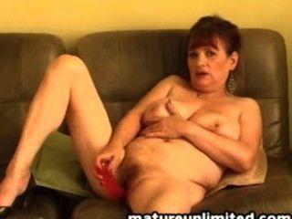 reife Dame mit haarige Muschi mit einem Dildo spielt