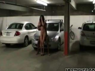 echtes Paar fickt auf dem Parkplatz