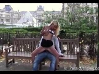 Öffentlichkeit - Sex in der Öffentlichkeit im Louvre-Museum in Paris