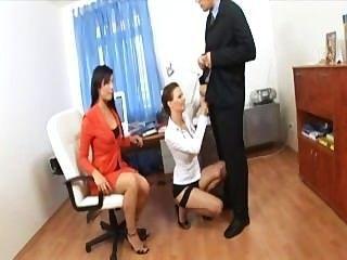 Sekretär Dreier mit zwei Süssen in sexy Dessous und Fersen