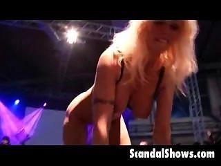 blonde Stripper auf strage ihre Muschi Verbreitung