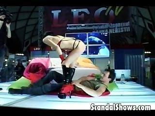 hot mf Dildo ation live auf einer Bühne