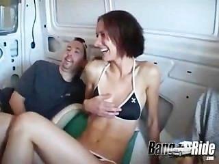 Bein Verbreitung Mädchen eine Fahrt in der Knall Fahrt genießen