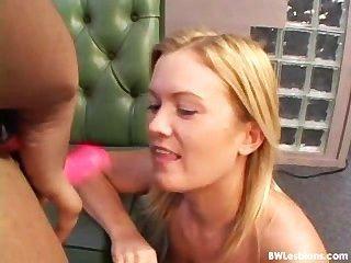 Schwarz-Weiß-lesbischen Sex mit einem Dildo (worst Wirklichkeit überhaupt)