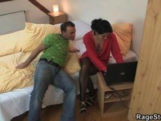 Hündin betrügt bekommt ihr die Kehle und Pussy gefickt rau